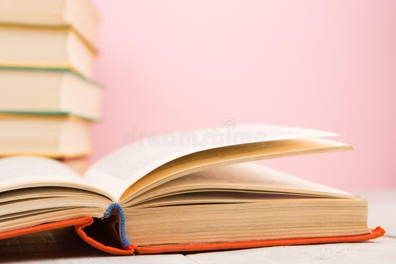 concept d'?ducation et de sagesse - livre ouvert sur la table en bois, fond de couleur images stock