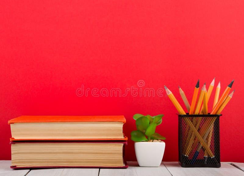 concept d'?ducation et de sagesse - livre ouvert sur la table en bois, fond de couleur photos stock