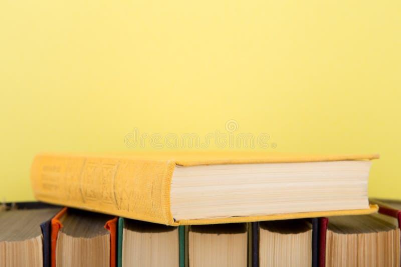 concept d'?ducation et de sagesse - livres sur la table en bois, fond de couleur images stock