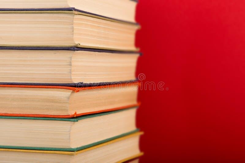 concept d'?ducation et de sagesse - livres sur la table en bois, fond de couleur photo libre de droits
