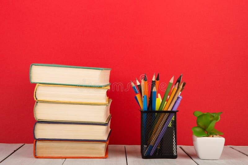 concept d'?ducation et de sagesse - livres sur la table en bois, fond de couleur photographie stock