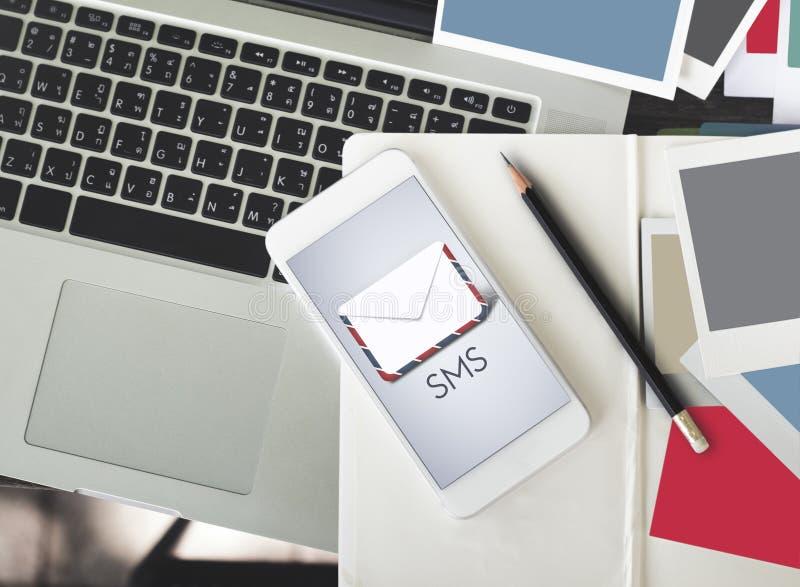 Concept d'E-lettre de courrier de message de SMS images libres de droits