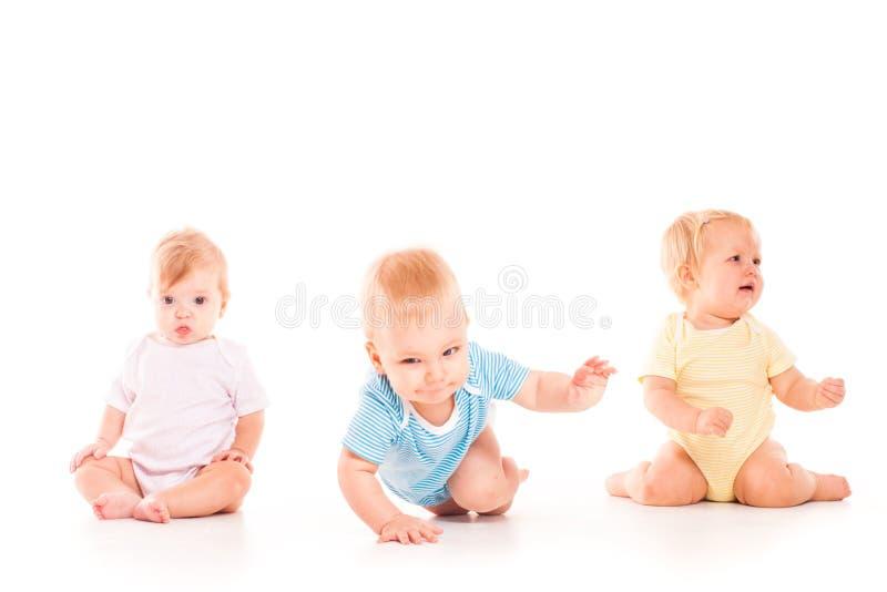 Concept d'enfance Bébés mignons sur le fond blanc images stock