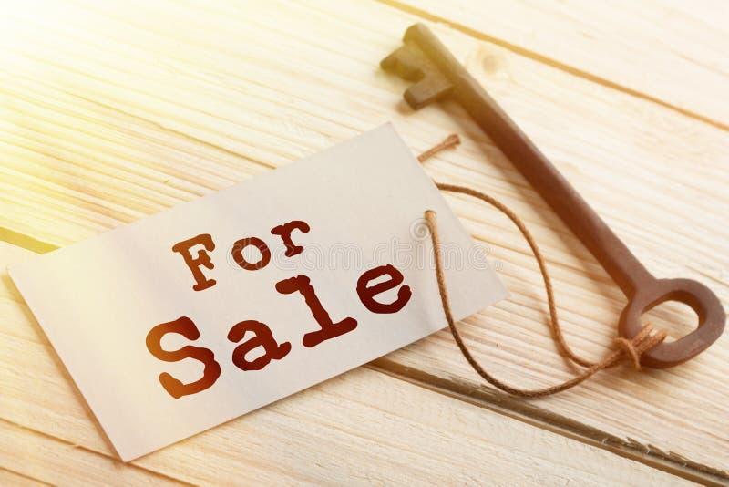 Concept d'entreprise - Ancienne clé vintage sur bois avec étiquette à vendre image libre de droits