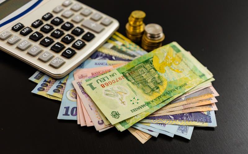 Concept d'entreprise, monnaie roumaine sur table noire Billets, pièces de monnaie et calculateur LEI photo stock