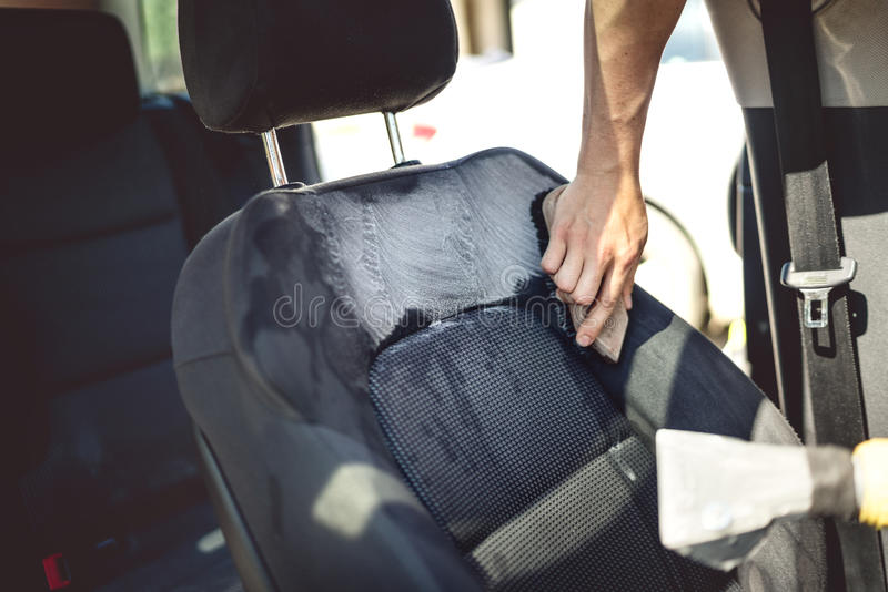 Concept d'entretien automobile - détailler du siège conducteur utilisant les outils et les décapants professionnels photographie stock libre de droits