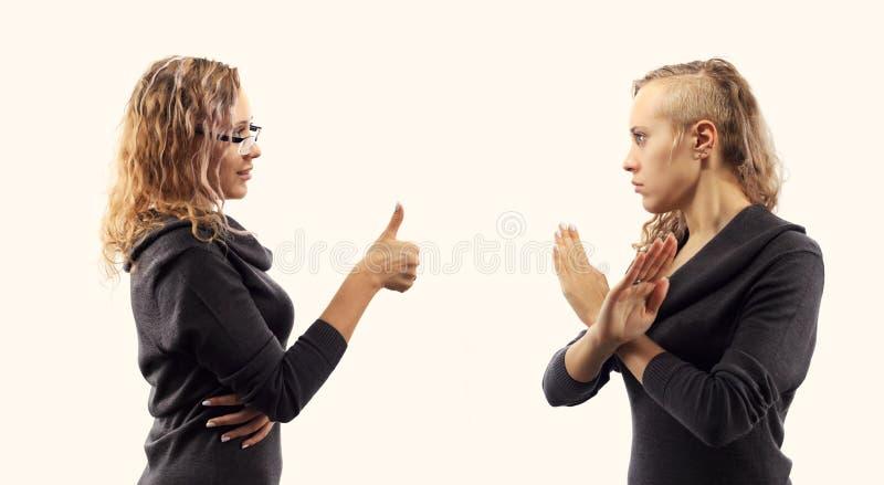 Concept d'entretien d'individu Jeune femme parlant elle-même, montrant des gestes Double portrait de deux vues de côté différente photographie stock libre de droits