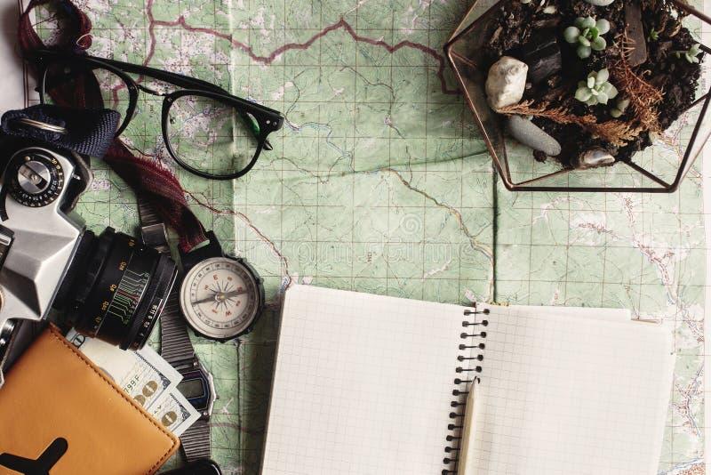 Concept d'envie de voyager et d'aventure, passpor en verre d'appareil-photo de boussole image libre de droits