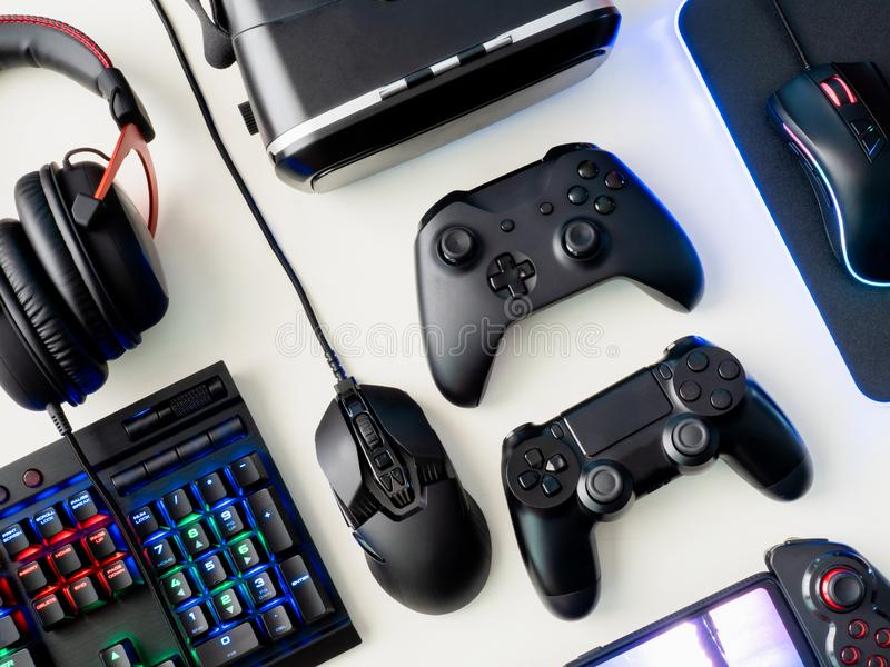 Concept d'espace de travail de Gamer, vue supérieure une vitesse de jeu, souris, clavier, manette, casque et tapis de souris sur  photographie stock