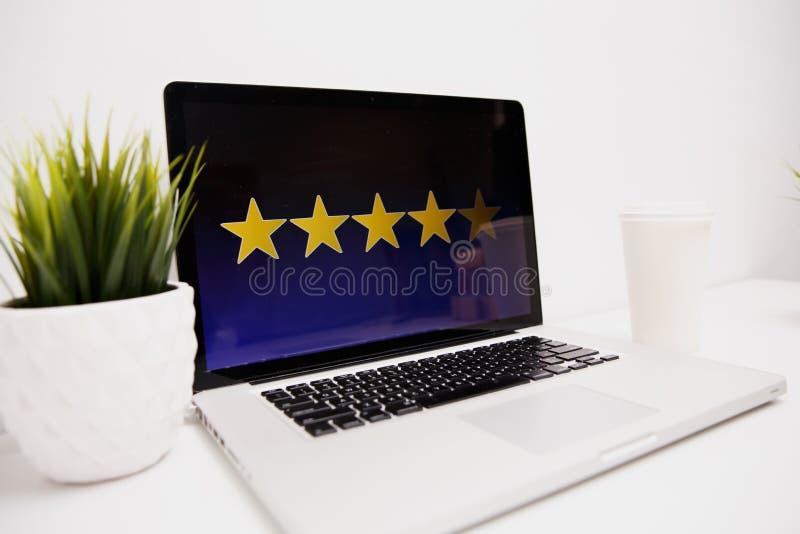 Concept d'expérience de client en ligne, les meilleurs excellents services évaluant pour le présent de satisfaction à la main du  image stock