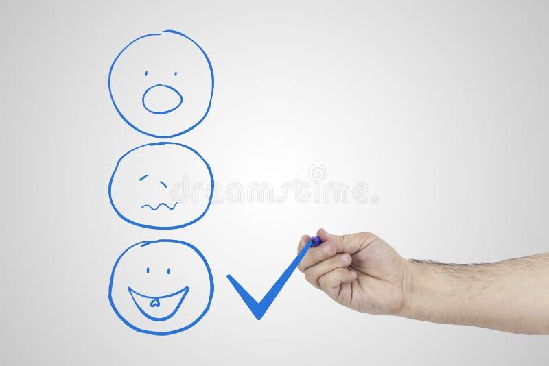 Concept d'expérience de client Remettez mettre le coche un checkbox sur l'excellente estimation souriante de visage pour une enqu image libre de droits