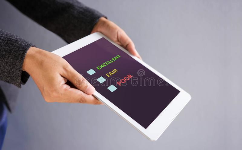 Concept d'expérience de client Tablette de Digital avec l'enquête en ligne de satisfaction images libres de droits