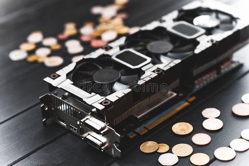 Concept d'exploitation de Cryptocurrency avec des bitcoins sur un videocard d'ordinateur photo stock