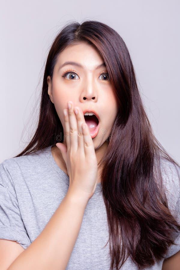 Concept d'expression La belle jeune femme asiatique devient étonnante ou choquante quelques produit, marques ou marchandises Beau photos libres de droits