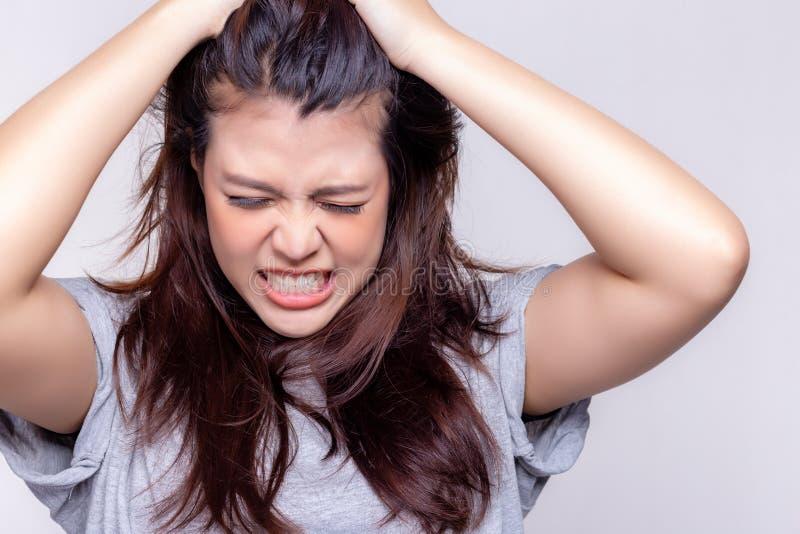 Concept d'expression La belle jeune femme attirante devient folle, fâchée, contrarié, frustrant quand fille asiatique pour obteni photo stock