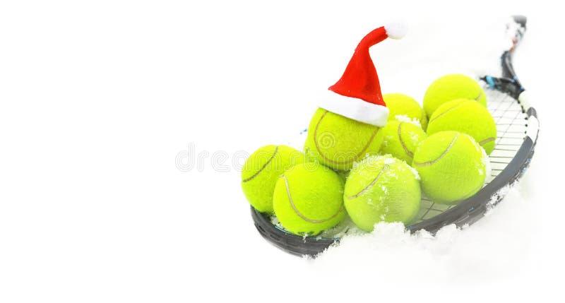 Concept d'hiver de tennis avec des balles de tennis et la raquette sur la neige blanche, d'isolement Vue sup?rieure, l'espace de  photos stock