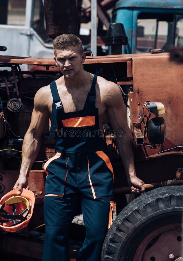 Concept d'homme Repos beau d'empoyee d'homme à la carlingue de tracteur Travailleur sûr d'homme au chargeur de pelle rétro Homme  photo stock