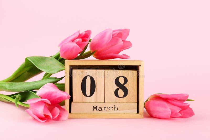 Concept d'humeur de ressort Disposition de fleurs rose avec beaucoup d'espace de copie pour le texte images libres de droits