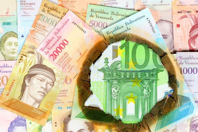 Concept d'hyperinflation du Venezuela Billets de banque vénézuéliens brûlés de valeur différente de bolivar, par le trou en leque photo libre de droits