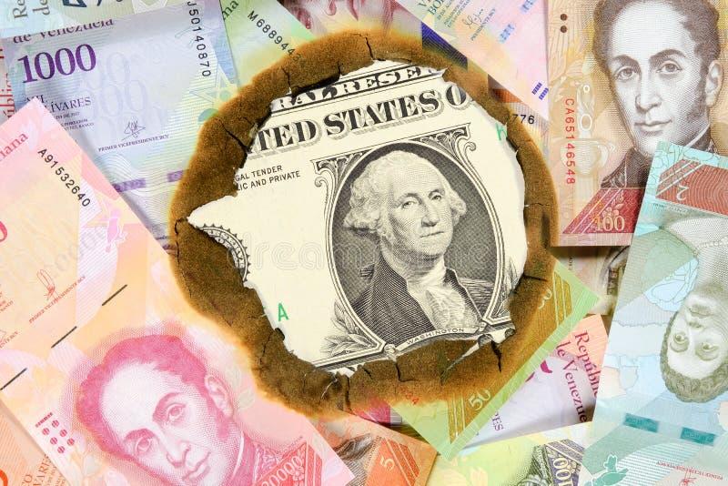 Concept d'hyperinflation du Venezuela Billets de banque v?n?zu?liens br?l?s de valeur diff?rente de bolivar, par le trou en leque photos stock