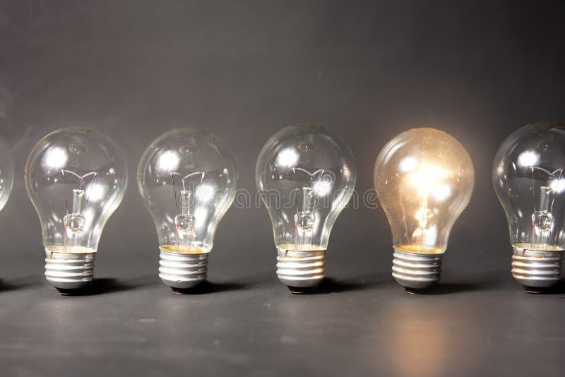 Concept d'idée lumineuse avec la série d'ampoules images stock