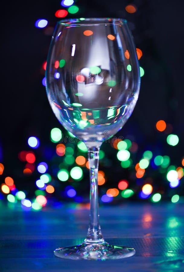 Concept d'idées de cocktail Recettes faciles pour les boissons alcooliques de cocktail d'hiver Verre de cocktail sur la guirlande photographie stock libre de droits