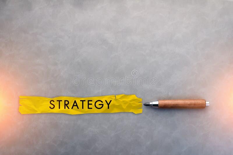 concept d'idées de stratégie avec le papier jaune de ride photos stock