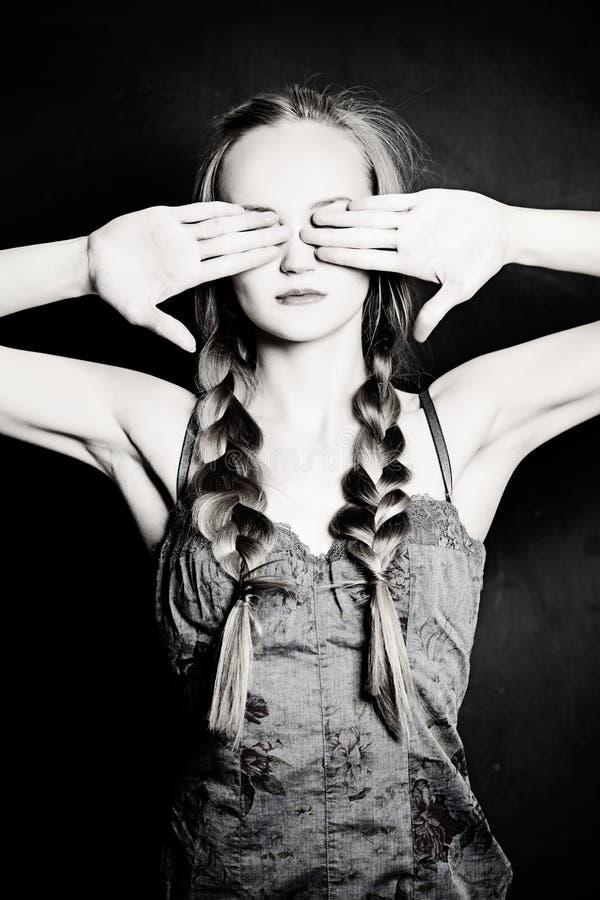 Concept d'ignorance Femme avec les yeux fermés photos stock