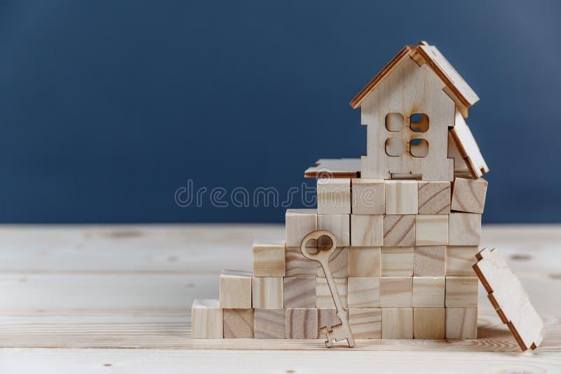 Concept 6 d'immeubles Maison en bois de petit jouet avec des clés photographie stock
