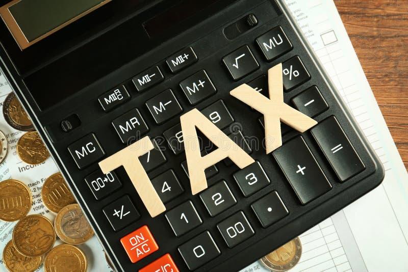 Concept d'impôts Calculatrice, documents et pièces de monnaie images libres de droits