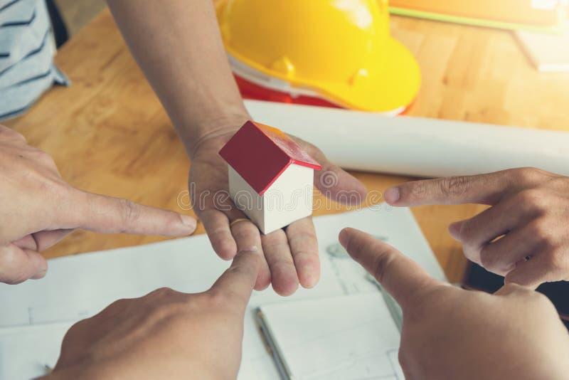 Concept d'ingénieur et d'architecte, équipe de bureau d'Architects d'ingénieur fonctionnant et discutant avec le modèle images libres de droits