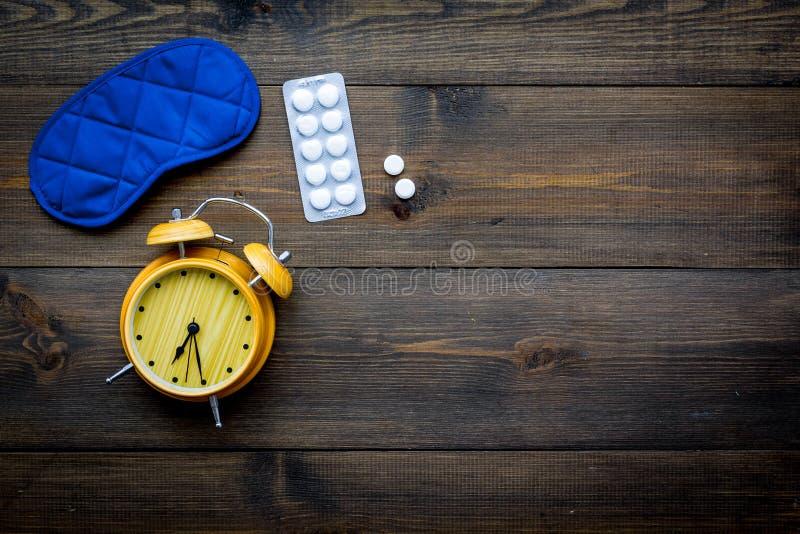 Concept d'insomnie Essai de dormir L'aide vous-même obtiennent de dormir Masque et réveil proches de sommeil de comprimés somnifè photos stock