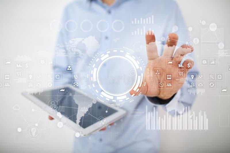 Concept d'Internet, d'affaires et de technologie Fond d'icônes, de diagrammes et de graphiques sur l'écran virtuel photo stock