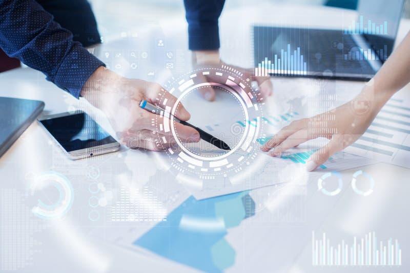 Concept d'Internet, d'affaires et de technologie Fond d'icônes, de diagrammes et de graphiques sur l'écran virtuel photographie stock