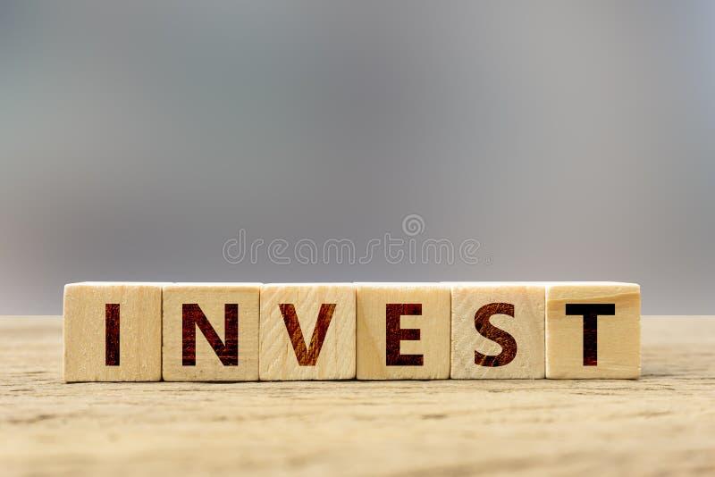 Concept d'investissement Bloc en bois avec le texte sur la table en bois illustration de vecteur