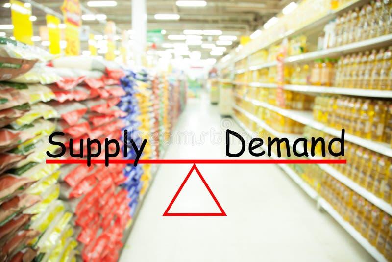 Concept d'offre et demande, fond de tache floue de supermarché photos stock