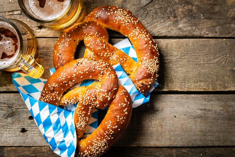 Concept d'Oktoberfest - bretzels et bière sur le fond en bois rustique images libres de droits