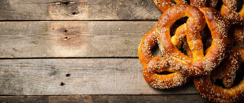 Concept d'Oktoberfest - bretzels sur le fond en bois rustique image stock