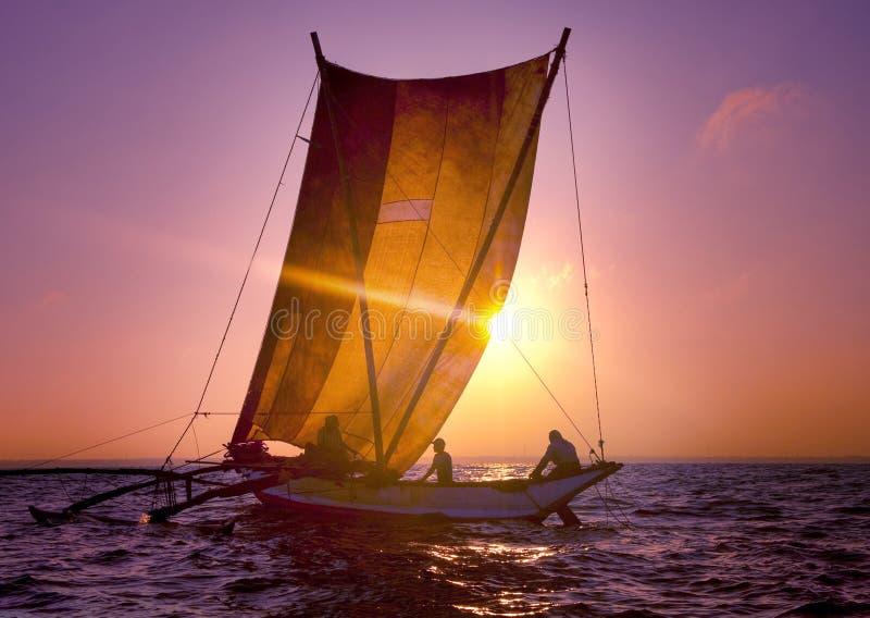 Concept d'ondulation de voilier de paysage marin de coucher du soleil de catamaran de pêcheurs images stock