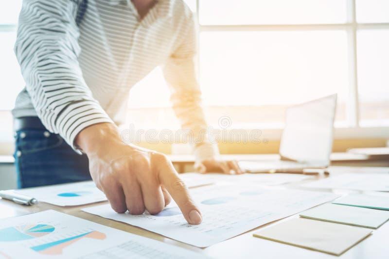Concept d'opérations bancaires de comptabilité de financement d'affaires, faire d'homme d'affaires image stock