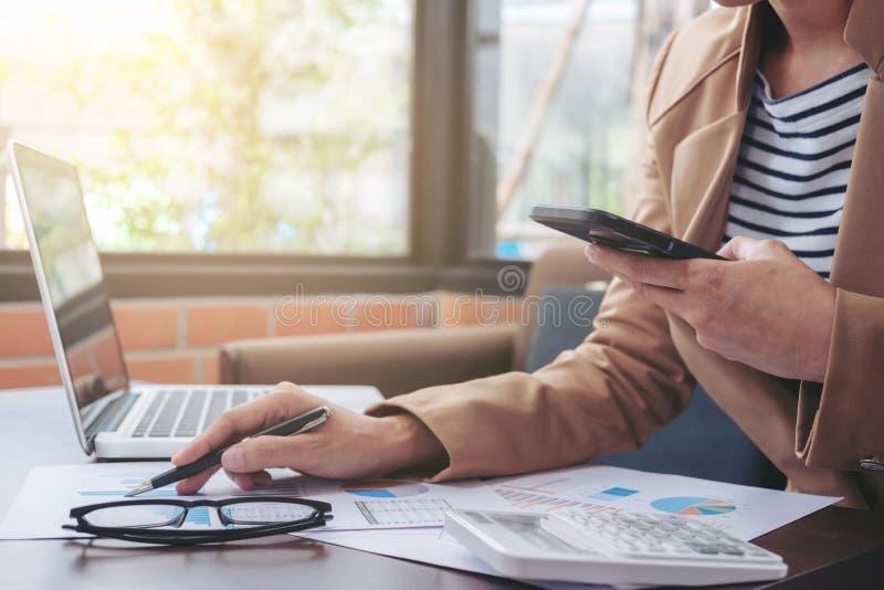 Concept d'opérations bancaires de comptabilité de financement d'affaires, usi de femme d'affaires photographie stock libre de droits