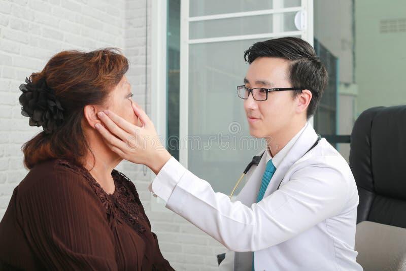 Concept d'optométrie - jolie jeune femme faisant examiner ses yeux image stock