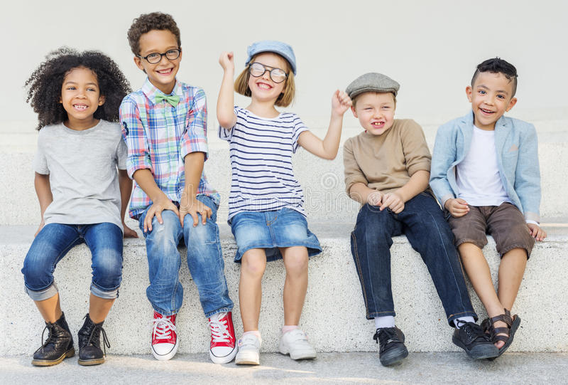 Concept d'unité de bonheur espiègle d'enfants d'amusement d'enfants rétro photographie stock