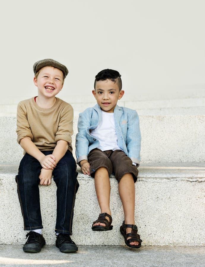 Concept d'unité de bonheur espiègle d'enfants d'amusement d'enfants rétro photographie stock libre de droits