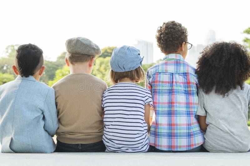 Concept d'unité de bonheur espiègle d'enfants d'amusement d'enfants rétro photo stock