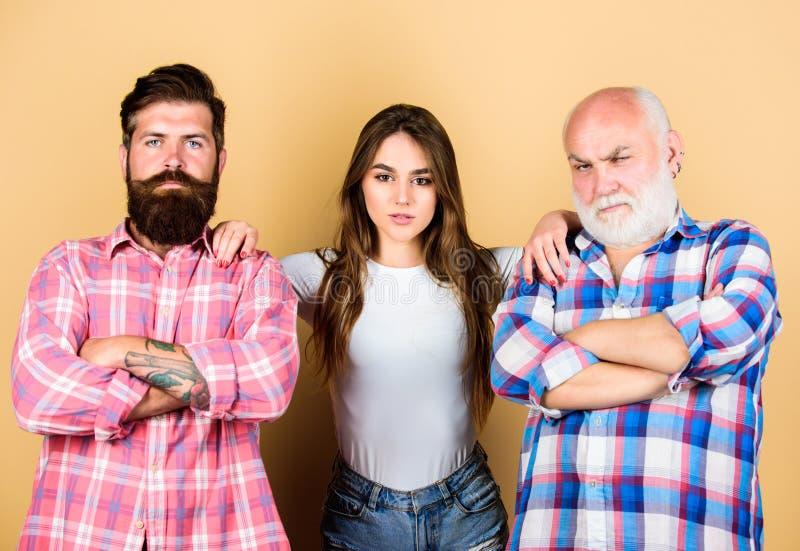 Concept d'unit? jeune dame avec deux hommes barbus Valeurs familiales concept de génération et de genre rapport image stock