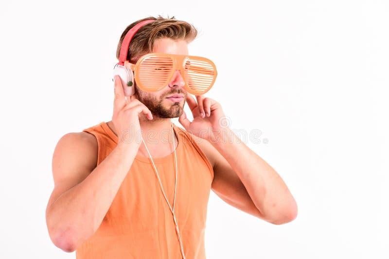 Concept de écoute d'écouteurs de musique Joueur Mp3 [1] homme musculaire sexy écouter musique sur le lecteur mp3 de téléphone Hom photo libre de droits