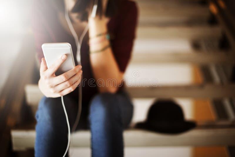 Concept de écoute de relaxation de divertissement de media de musique de femme photo stock