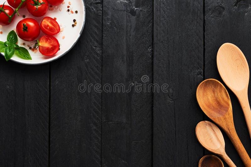 Concept de backgroun de nourriture Diverses cuillères et tomates en bois dans a photo libre de droits