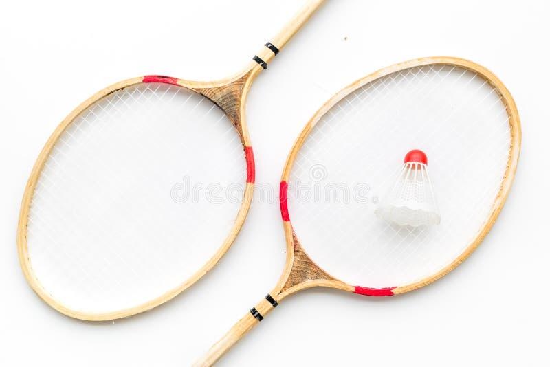 Concept de badminton Raquettes et volant de badminton sur la vue supérieure de fond blanc photo libre de droits